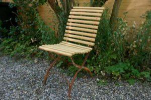 Gammel gul havestol med jern stel, ca. 85x45 cm.