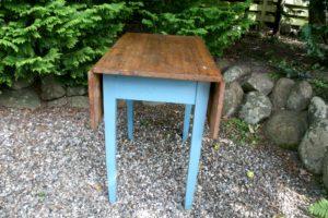 Klapbord køkken klap bord med træplade og blåt understel, ca. 102x89x76 cm.