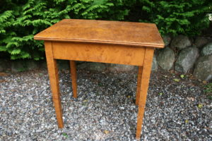Lille antikt bord med bemaling, ca. 70x50x72,5 cm.