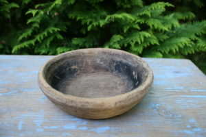 Lille antikt træ fad skål, ca. 18 Ø og 5,5 cm højt.