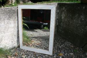 Gammelt spejl med hvid ramme, ca. 62x49 cm.