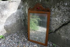 Antikt spejl dekoreret top med træ brun ramme, ca. 57x32 cm.