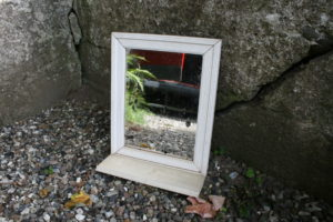 Gammelt barber spejl med lille hylde, ca.33x27 cm.