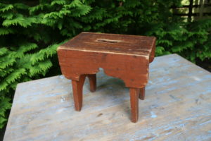 Lille antik rødbrun skammel, ca. 28x18x25 cm.