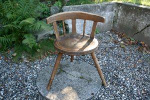 Antik 3 benet Blekinge stol med lidt bemaling, sæde 44 cm i diameter og ryg 72 cm høj.
