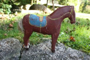 Fin antik hest også kaldet fængselhest med med bemaling, ca. 18 cm lang og 16 cm høj.