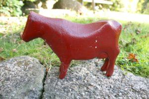 Fin antik bemalet ko i træ, ca. 18,5 cm lang og 12,5 cm høj.