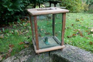 Stor antik staldlygte med gamle glas og lysholder, ca. 21x21x28 cm.