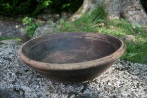Stor antik træskål med fin patina, ca. 21 cm i diameter og 6,5 cm høj.