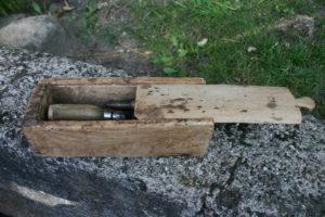 Fin antik æske med skydelåg indeholdende skomagerværktøj, Ca. 22x8,5x7 cm.