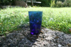 Lille blåt vandglas.