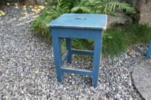 Gammel fin skammel blå med håndtag, ca.35x35 cm og 46 cm høj.