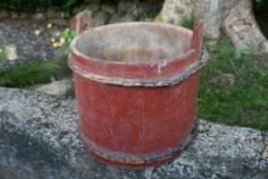 Antik træbøtte med bemaling og vidjer, ca. 280 cm i diameter og 25 cm høj.