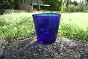 Blåt vandglas.