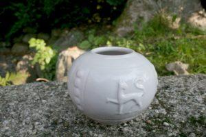 Lille rund vase af Hjort.