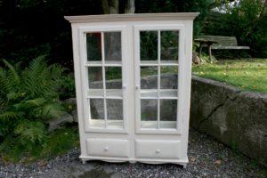 Gammelt fint vitrineskab køkkenskab med 2 skuffer, ca.103x35x130 cm.