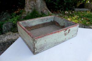 Lille kasse me blågrå farve, ca. 31x24x9 cm.