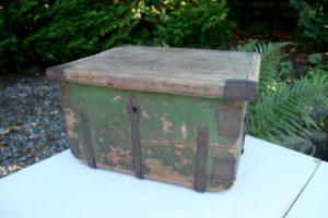 Lille kiste / skrin med flat låg og grønmalet. ca. 46x36x27 cm antikke små møbler