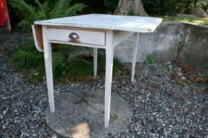 Antikt klapbord hvid malet med skuffe, ca .98x98x75 cm.