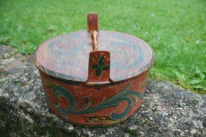 Lille antik Norsk tejne med bemaling og dekoration, ca. 17 cm i diameter og 8 cm høj.
