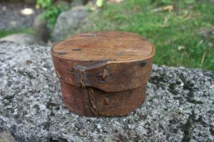 Lille antik rund æske svepask, 6,5 cm høj og 10 cm i diameter.