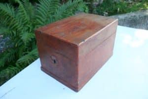 Lille antikt skrin med original bemaling fra første del af 1800 tallet, ca. 25x17x17 cm.