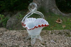 Skøn antik sukkerskål i opaline glas med rød kant og hank.