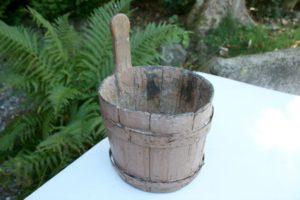 Lille antik træøse med bemaling, ca. 18 cm høj u/ håndtag og 20 cm i diameter.