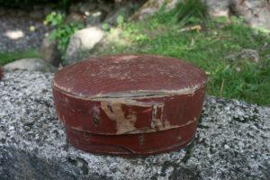 Lille antik rød æske, ca. 17x12x9 cm.