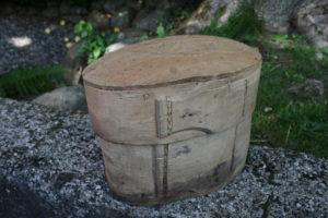 Oval antik æske med mønster på låget, ca. 23x14x18 cm.