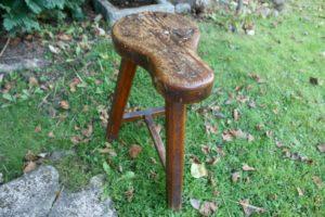 Gammel fin skomager skammel med fin patina, ca. 38 cm lang og 52 cm høj. antikke små møbler