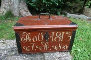 Lille antik skrin/kiste med årstal 1813, ca.39x26x21 cm.