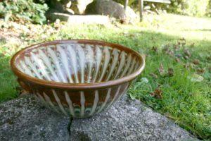 Stor antik dansk lertøj skål med mønster, ca. 29 cm i diameter og 31 cm høj.