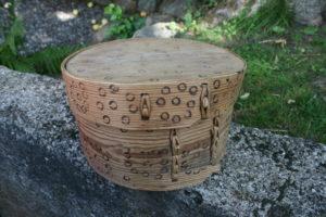 Fin antik rund æske med brændt mønster, ca.24 cm i diameter og 14 cm høj.