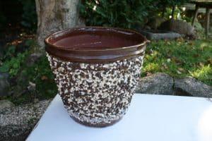 Fin stor antik urtepotte har en hårfin revne, ellers i fin stand, ca.26 cm i diameter og 24,5 cm høj.