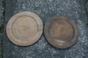 Trætallerken antik den til højre er solgt, ca. 19,5 cm i diameter.