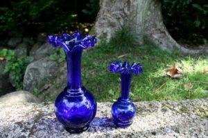 Et par antikke blå vaser me bølget kant.