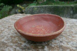 Lille antik drikkeskaal rød bemalet, ca. 16 cm i diameter og 5 cm høj.