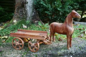 Gammel hest med vogn lavet i Vestre fængsel 1943, ca. hesten 19 cm lang og 23 cm høj, vogn 21x12x11 cm.