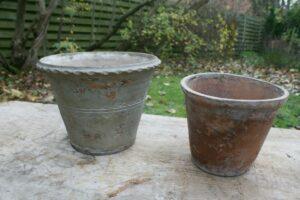 2 gamle urtepotter lertøj, ca. 25, 18 cm i diameter og 19, 16 cm høje.
