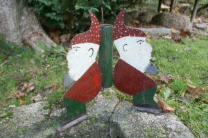 Fin gammel juletræsfod i jern med nisser, ca. 32 cm høj..