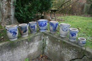 Gamle blå stentøjs krukker med salt glaseret mønster, ca. 11 - 28,5 cm høje.