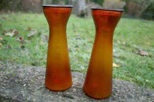 Et par gamle høje hyacintglas rav farvet fra Fyns glasværk, ca. 22,5 cm.