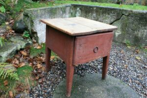 Lille antikt bord med original bemaling og stor skuffe, ca. 50x54x56 cm.