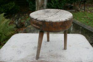 Antik fin skammel med rund sæde og 3 ben, ca. 36 cm i diameter og 39 cm høj.