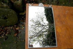 Antikt spejl i tin ramme, ca. 46x28 cm.