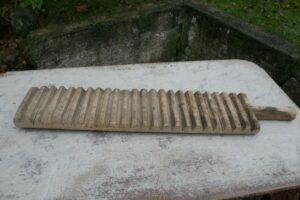 Antikt valkebræt ca. 80 cm langt med håndtag.