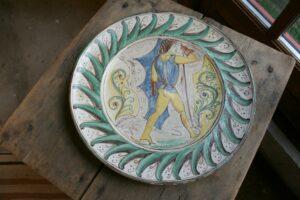 Et stort skønt ler fad af Anders Høy med mytisk motiv, ca. 39 cm i diameter.