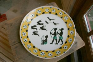Stort skønt ler fad af Anders Høy, med motiv afrikanske jægere, ca. 43 cm i diameter.