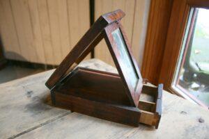 Fint antikt barberspejl i birktræ til at klappe sammen med skuffe, 21x14,5 cm og 21 cm høj.